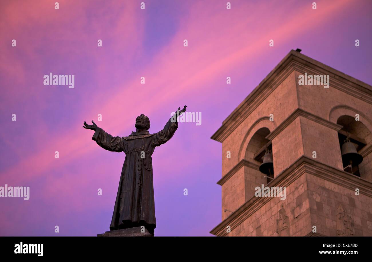 Statue de Saint François en face de l Église de San Francisco, au crépuscule, Arequipa, Pérou, Photo Stock