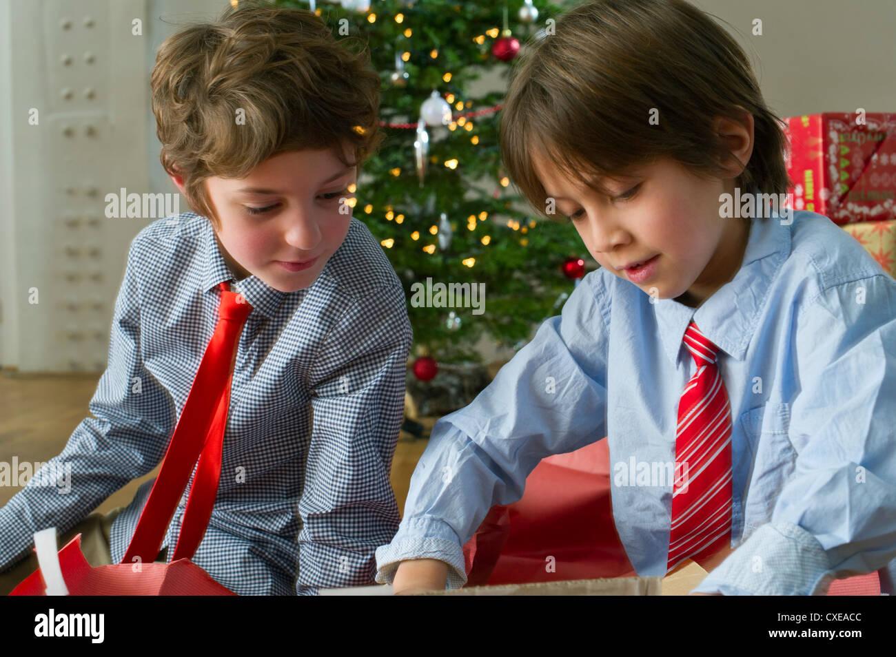 L'ouverture des cadeaux de Noël les garçons Photo Stock