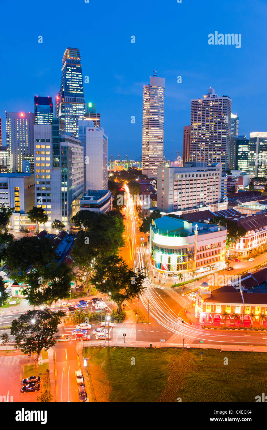 Des sentiers de lumière nocturne du quartier des affaires, de Chinatown, à Singapour, en Asie du Sud-Est, Photo Stock