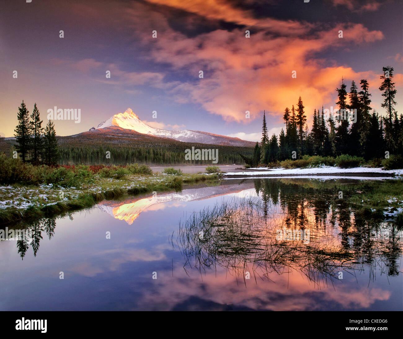 La réflexion du mont Washington en grand lac. De l'Oregon. Photo Stock