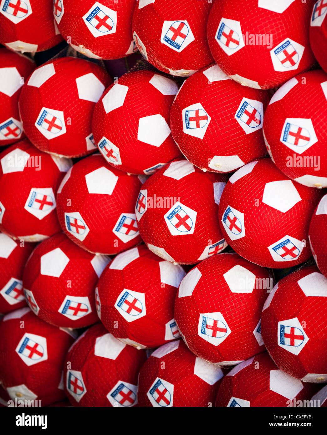 Ballons de football rouges Banque D'Images