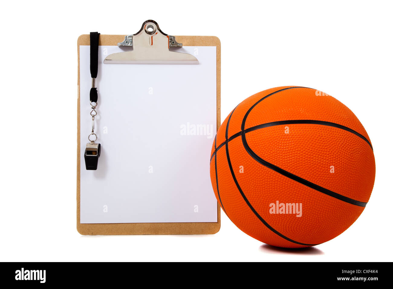 Presse-papiers de l'entraîneur avec un sifflet et un terrain de basket-ball sur un fond blanc avec copie Photo Stock