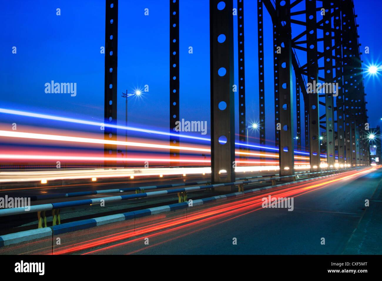 Des sentiers de lumière sur le pont en acier Banque D'Images