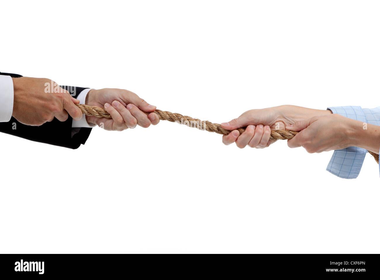 Mains d'un homme et une femme tire sur des extrémités d'une corde Photo Stock