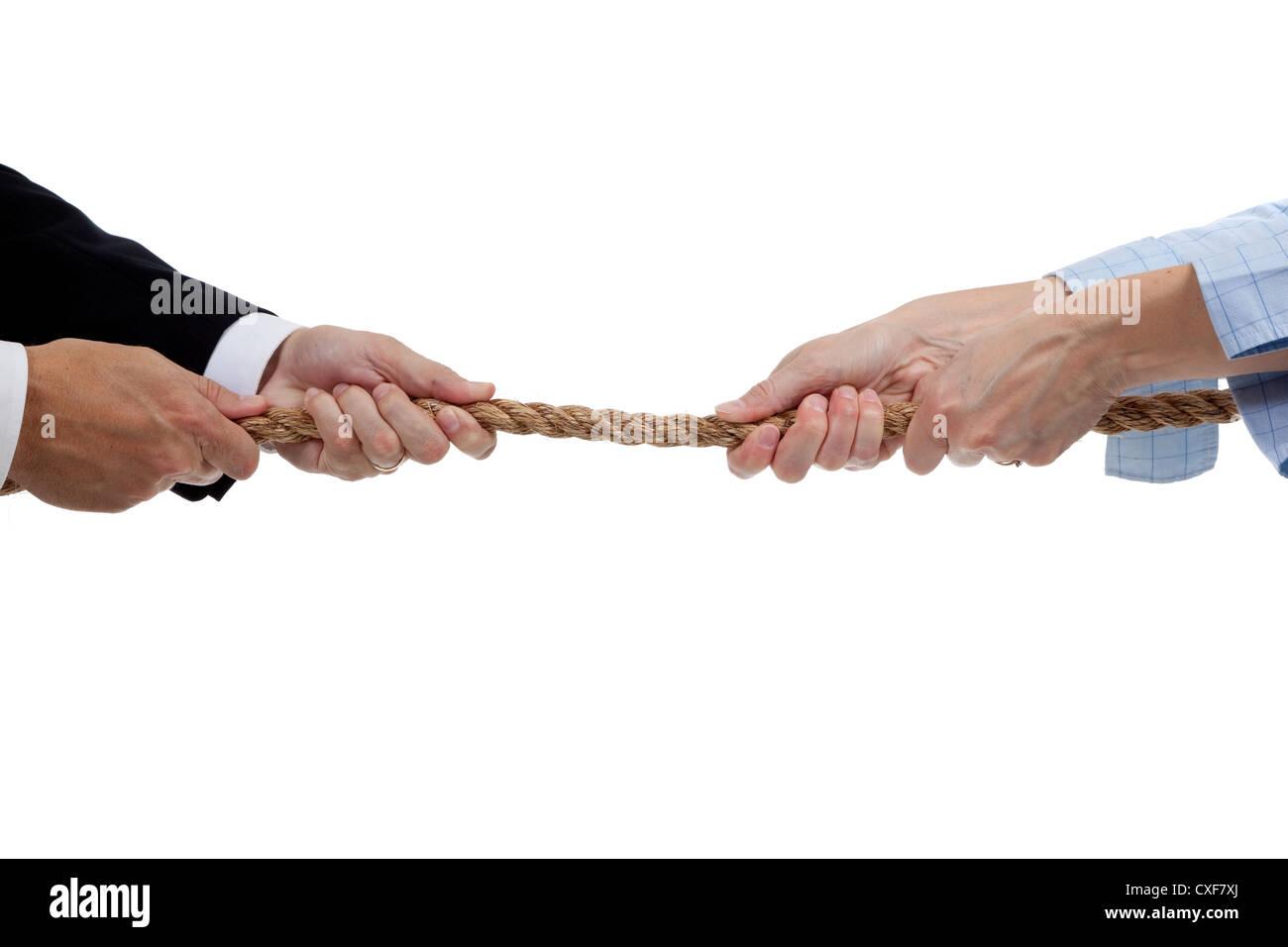 Mains en tirant les deux extrémités d'une corde Photo Stock