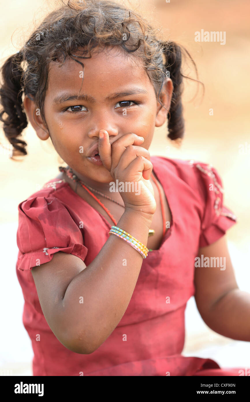 Petite fille indienne silence merci de l'Andhra Pradesh en Inde du Sud Photo Stock