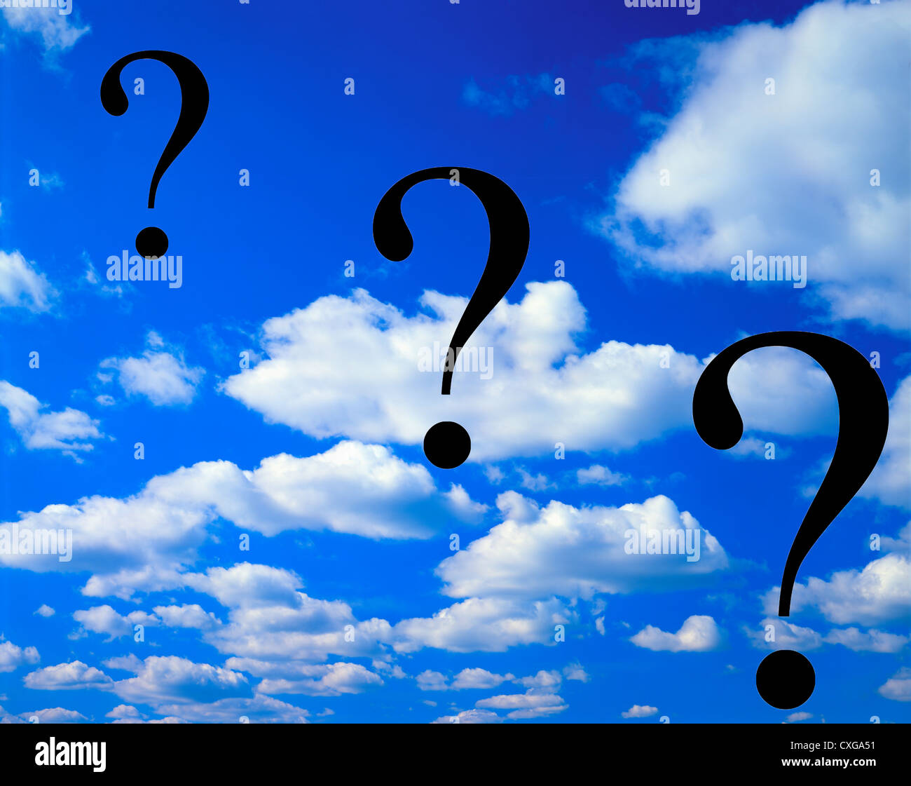 Concept de ciel bleu et nuages blancs avec 3 points d'interrogation Photo Stock