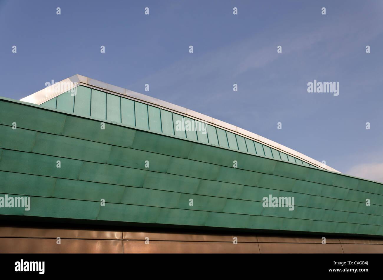 Conception de toit expérimentale moderne mêlant cuivre et feuilles d'aluminium comme l'argile tuiles qui se chevauchent Banque D'Images