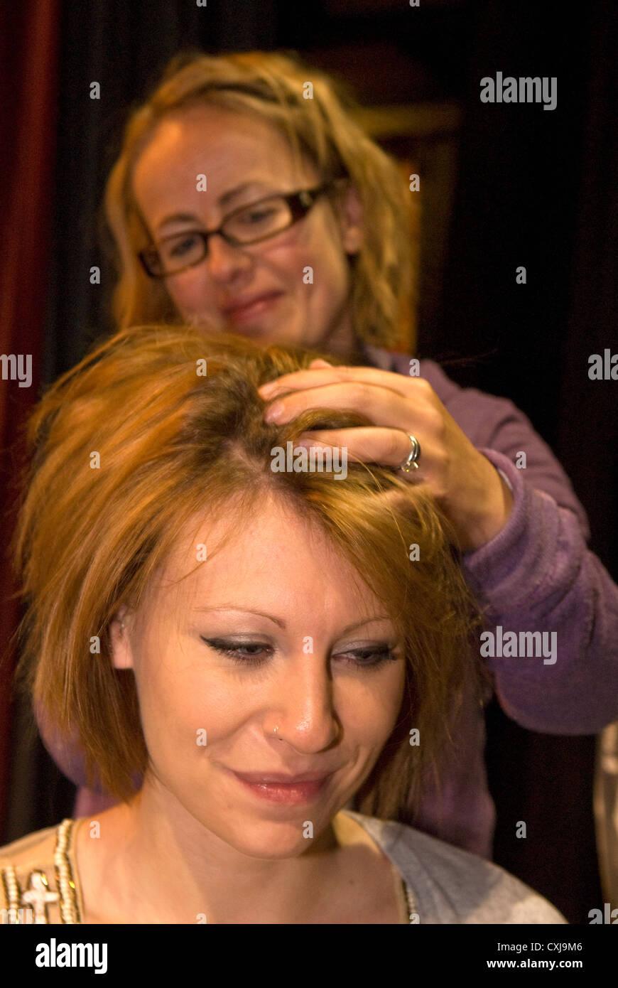 20 ans, fille, recevant un massage indien de la tête à un événement des thérapies alternatives, Photo Stock