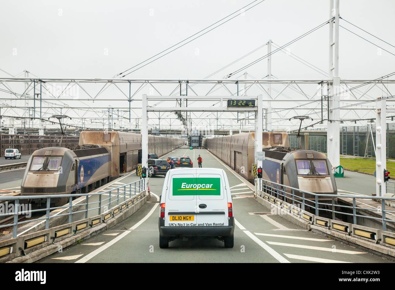 L'embarquement des véhicules d'un train d'Eurotunnel à Coquelles, France Photo Stock