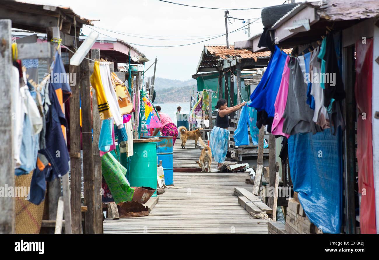 Pour Accrocher Les Vetements les femmes d'accrocher les vêtements pour les faire sécher