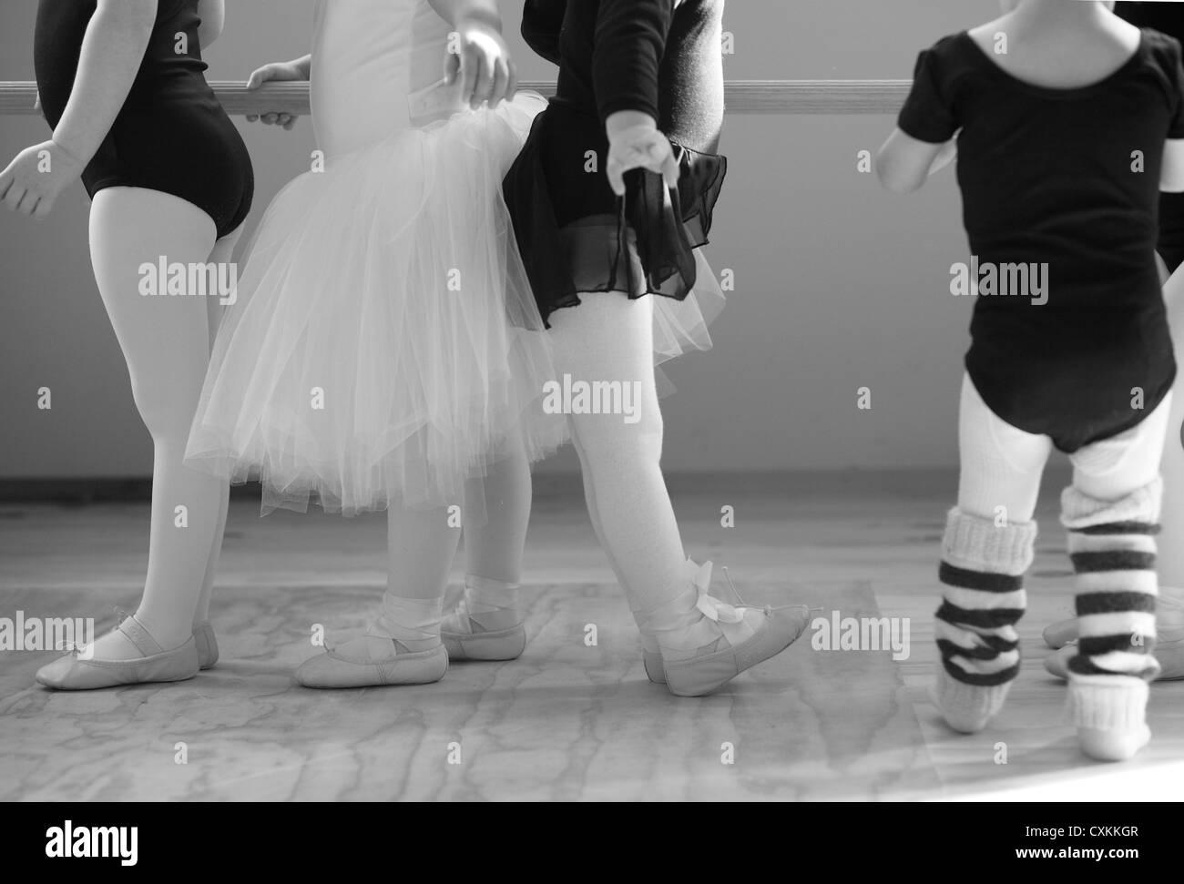 Les petites filles en classe de ballet Photo Stock