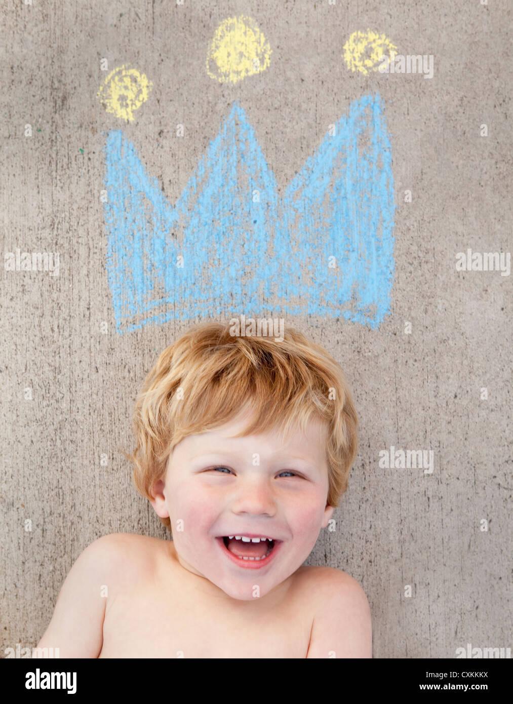 Jeune garçon avec de la craie appelée couronne Photo Stock