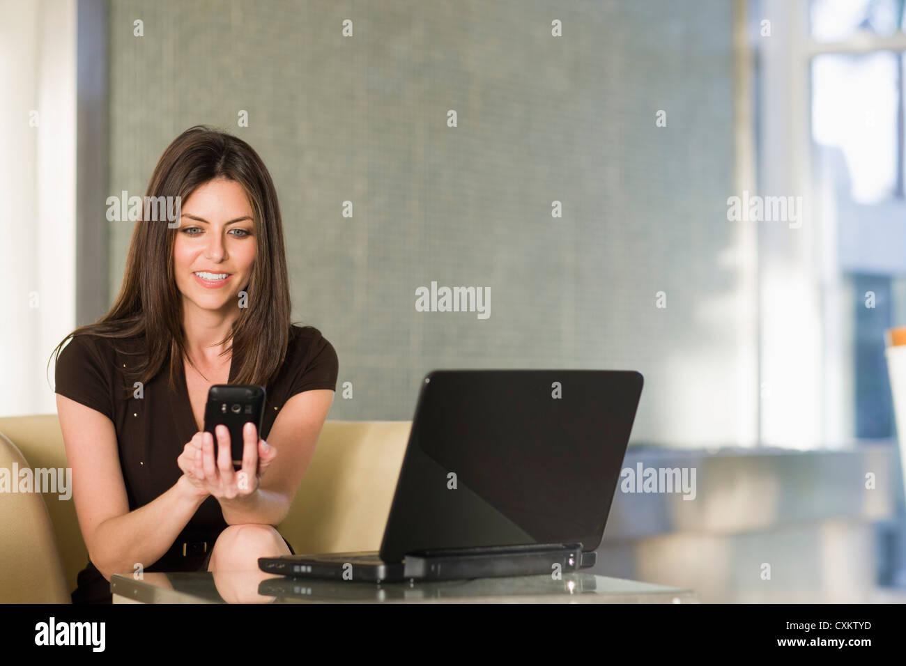 Femme à l'aide d'un téléphone cellulaire, Florida, USA Banque D'Images