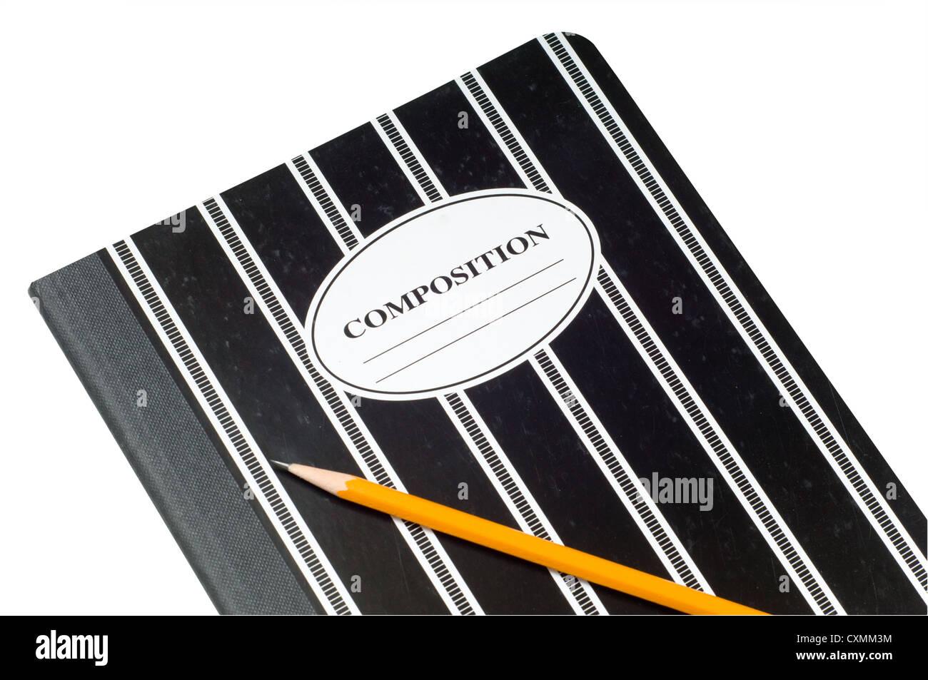 Un noir et blanc à rayures composition livre et un crayon jaune sur un fond blanc, l'espace de copie sur Photo Stock