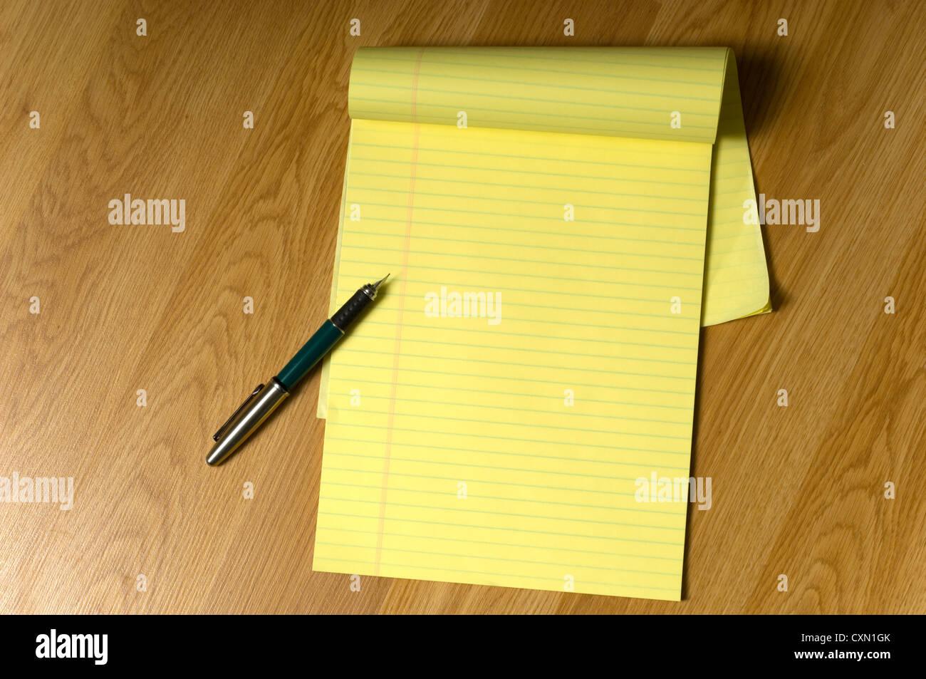 Un blanc jaune tampon juridique sur un bureau en bois brun ou au