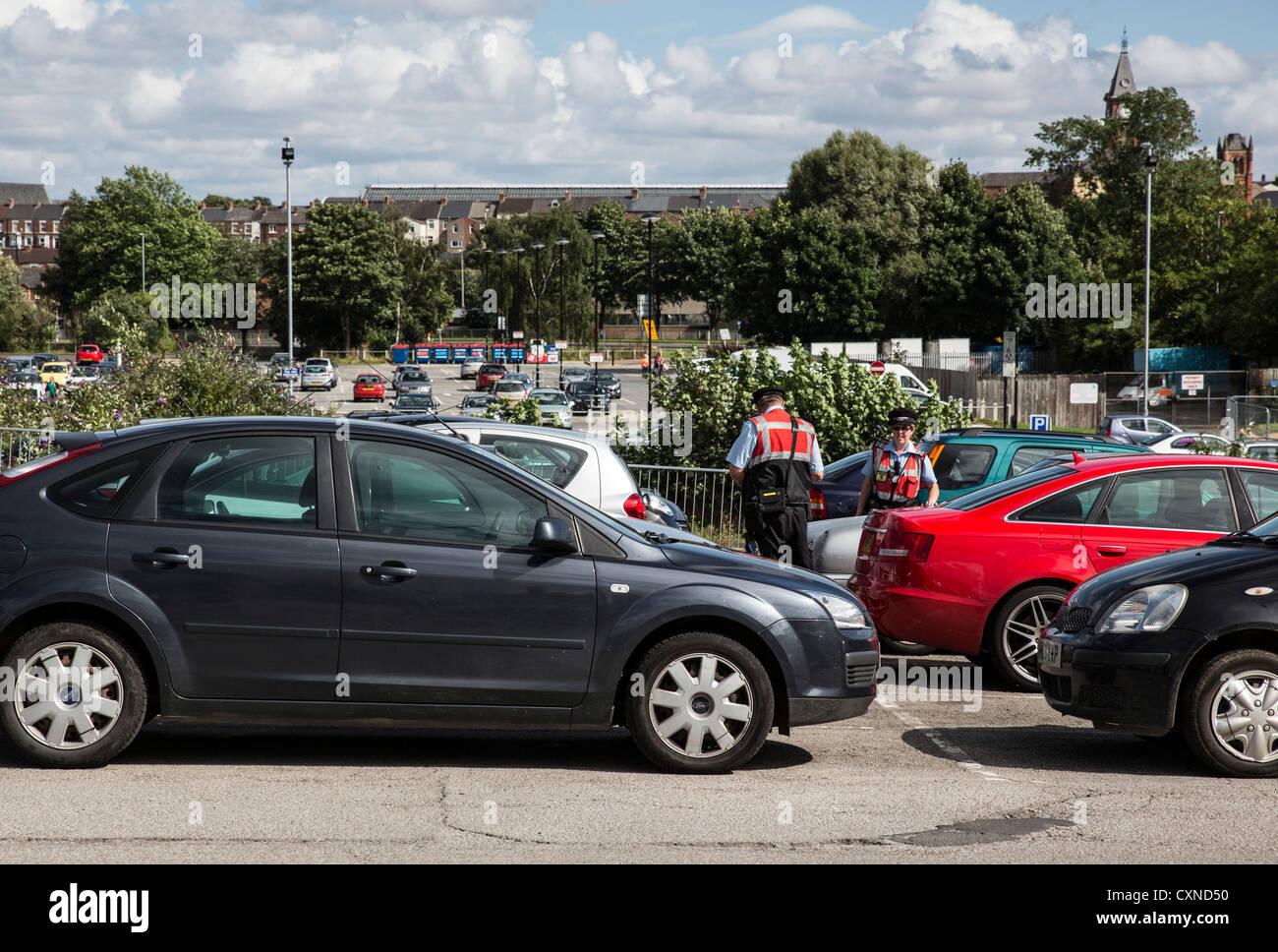 Les Directeurs D Etablissement D Une Darlington Uk Parking Voitures Verifier Pour Donner Avis De Penalite Photo Stock Alamy