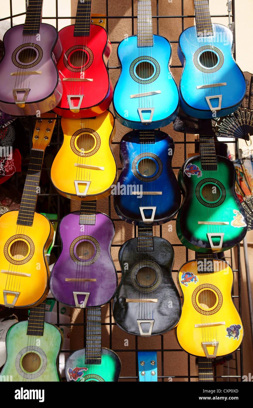 Guitares en bois sur l'affichage capacité adepte adeptness art artisanat compétence aptitude intelligence Photo Stock