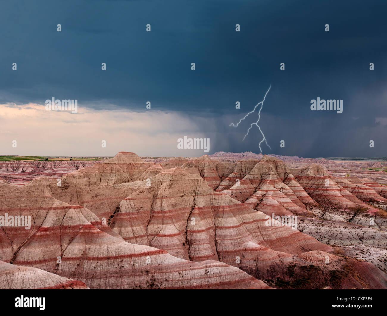 Vue panoramique de couleurs des formations rocheuses avec orage et de la foudre.. Badlands National Park (Dakota Photo Stock