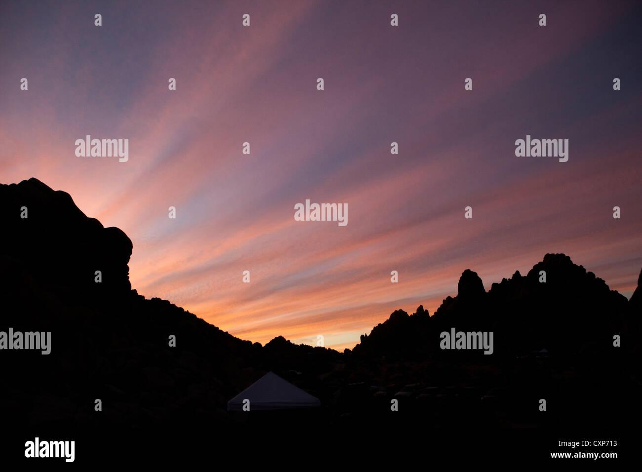 Nuages dans le désert avec silhouette de roches et de montagnes. Photo Stock