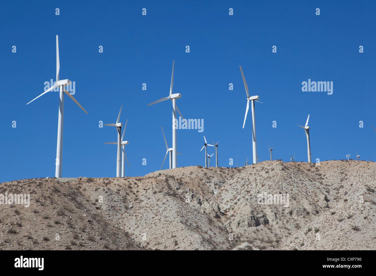 Les moulins à vent la récolte de l'énergie éolienne dans le désert californien près Photo Stock