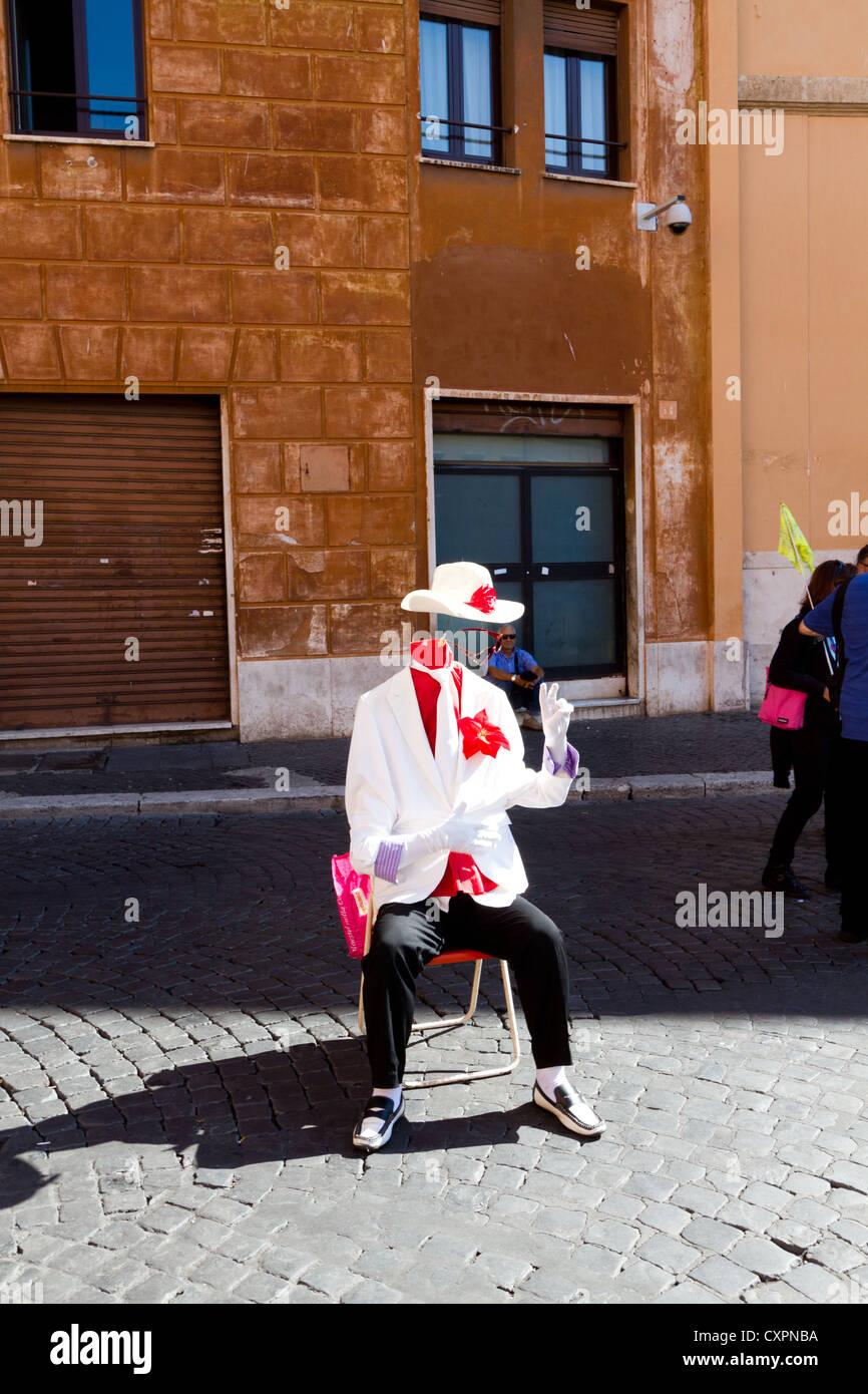 Artiste sur la rue de Rome - l'homme sans tête comme intérimaire en suite avec hat Photo Stock