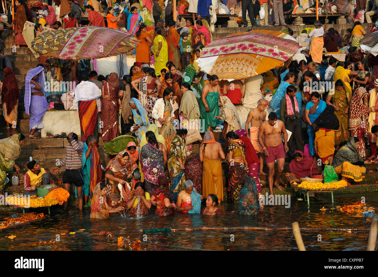 Asie Inde Uttar Pradesh Varanasi dévots Hindous sur les ghats du Gange Photo Stock