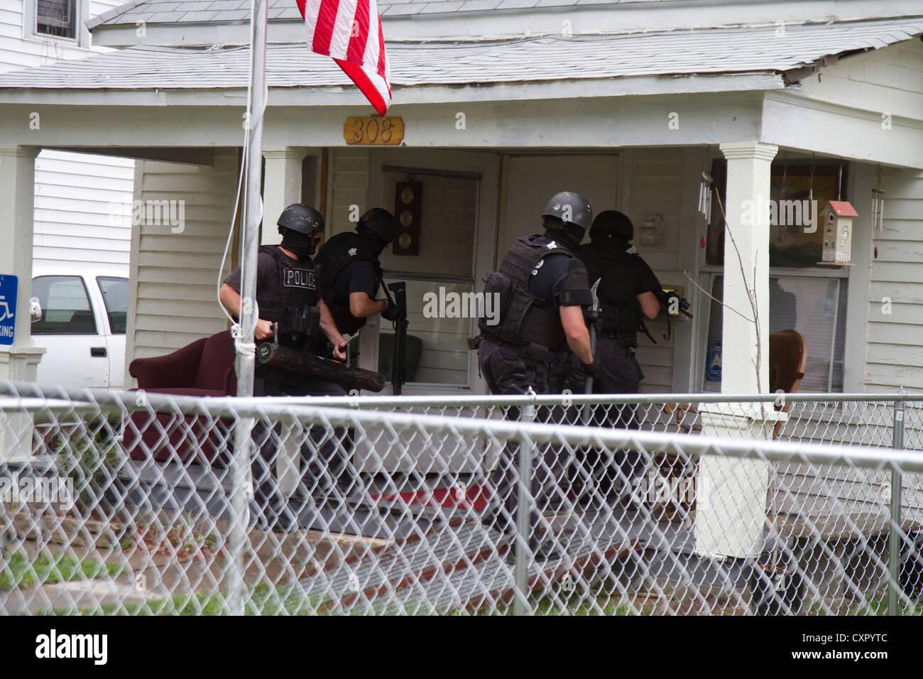 L'équipe tactique de la police au service des stupéfiants à haut risque de perquisition. Photo Stock