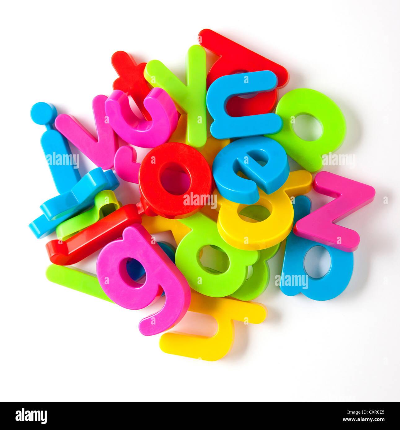 Aimants de réfrigérateur de l'alphabet dans une pile Photo Stock