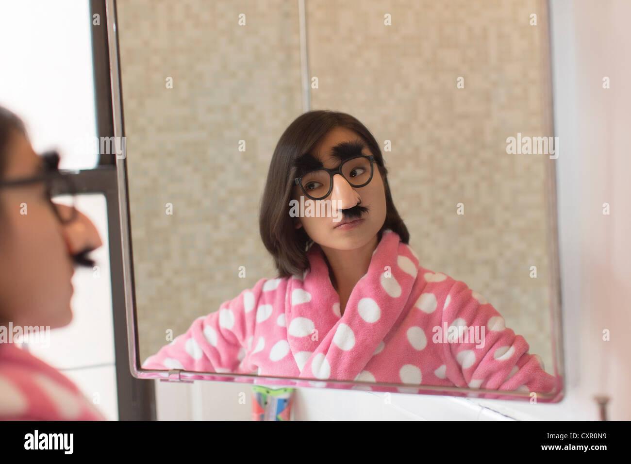 Jeune femme à la recherche elle-même porter déguisement drôle Photo Stock