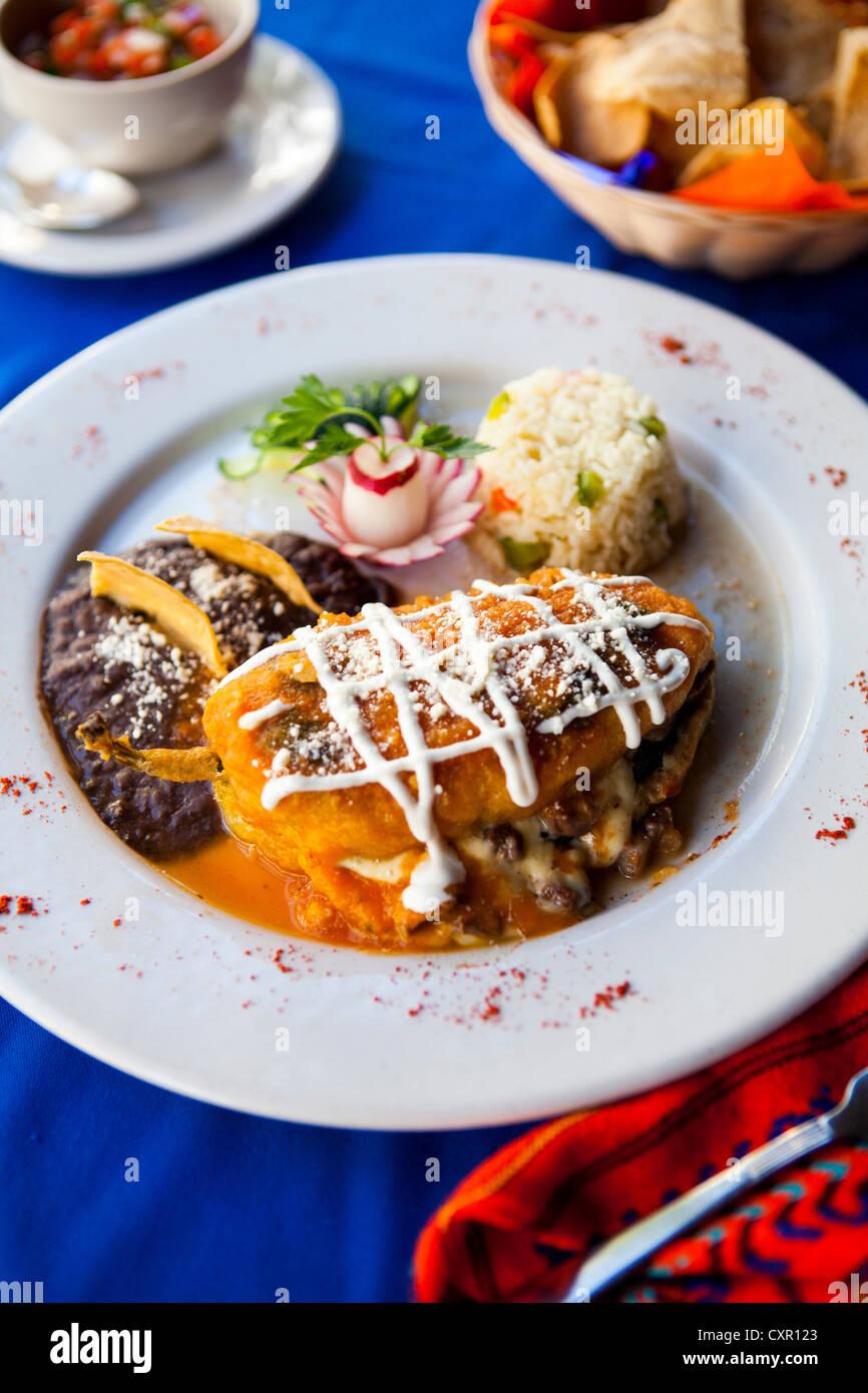 Maya traditionnel plat de poivrons farcis au riz et haricots Photo Stock