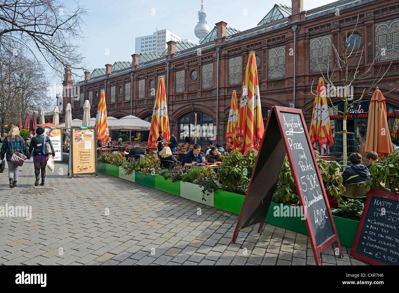 Gastronomie, restaurants en tourisme dans le bâtiment historique de la gare de S-Bahn Hackescher Markt de Berlin, Photo Stock