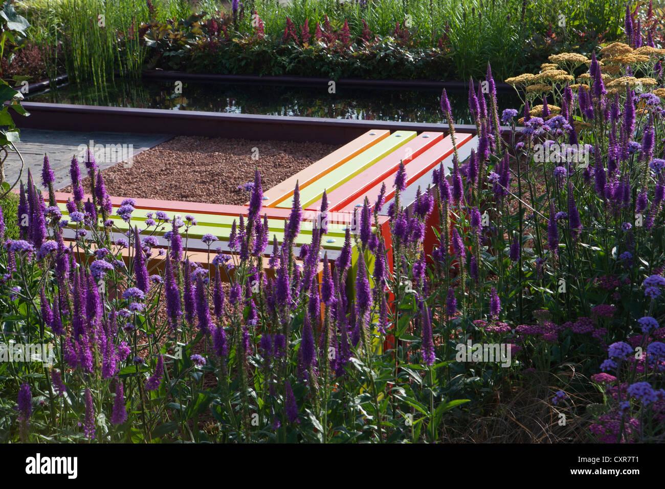 Banc de jardin moderne et colorée de l\'eau transfrontalière ...