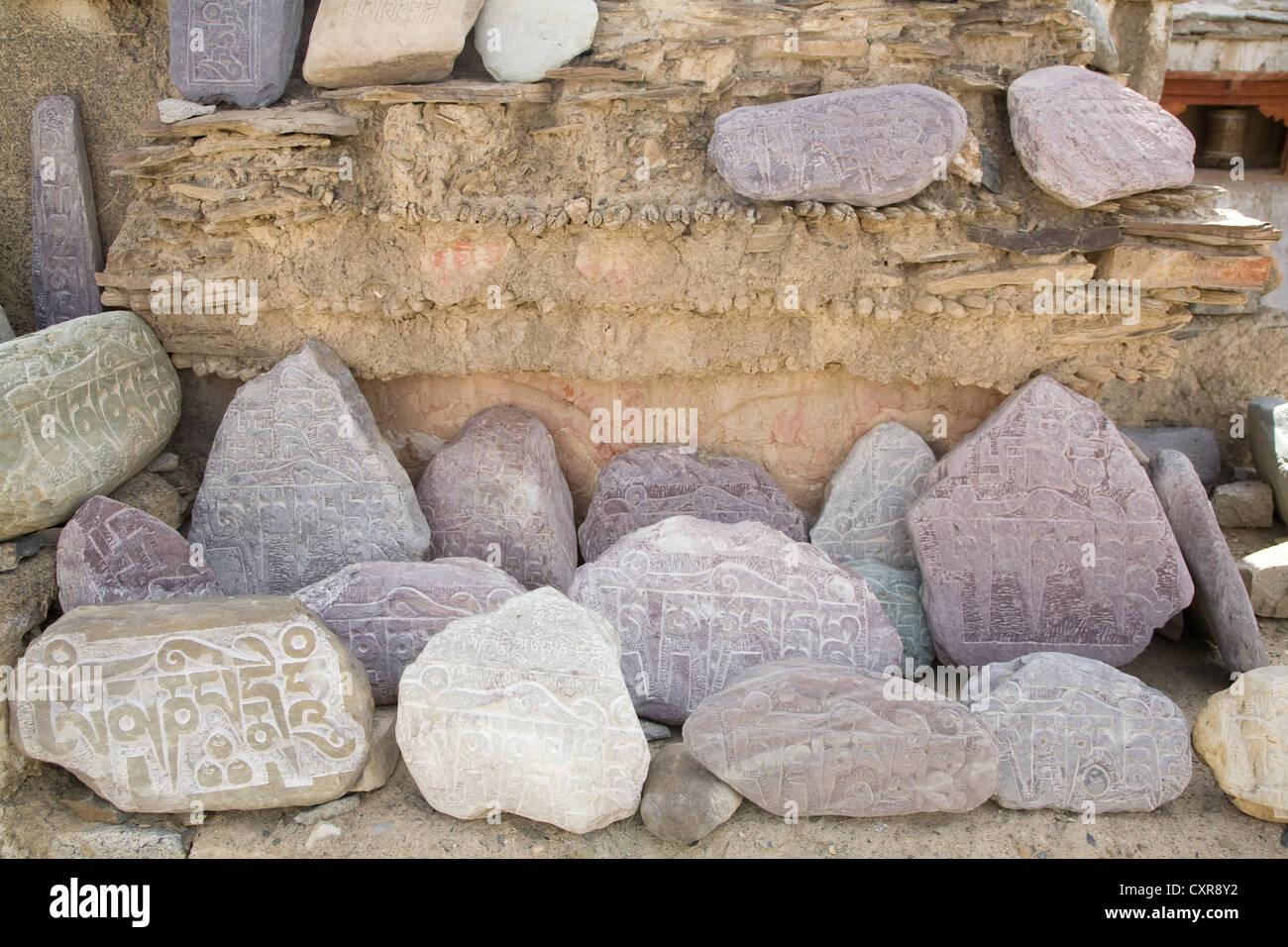 Prière Mani pierres dans l'Himalaya indien. Photo Stock