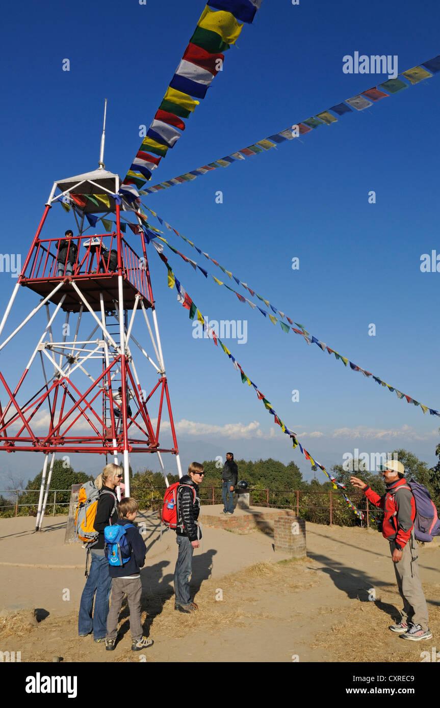 Drapeaux de prière en face de la chaîne de l'Himalaya, Nagarkot Hill Tower, Vallée de Kathmandou, Photo Stock