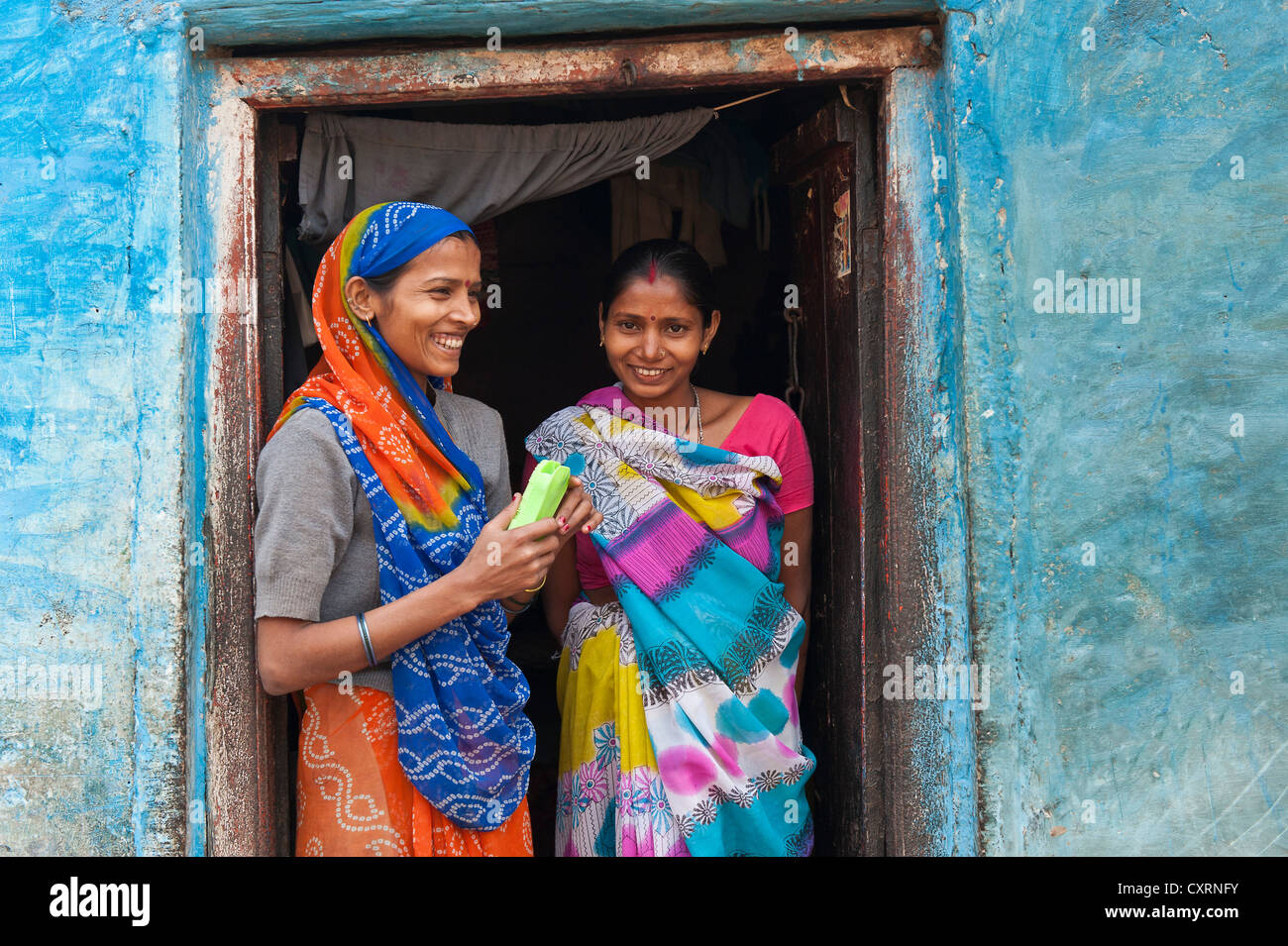 Deux smiling women in a doorway, Varanasi, Benares ou Kashi, Uttar Pradesh, Inde, Asie Photo Stock