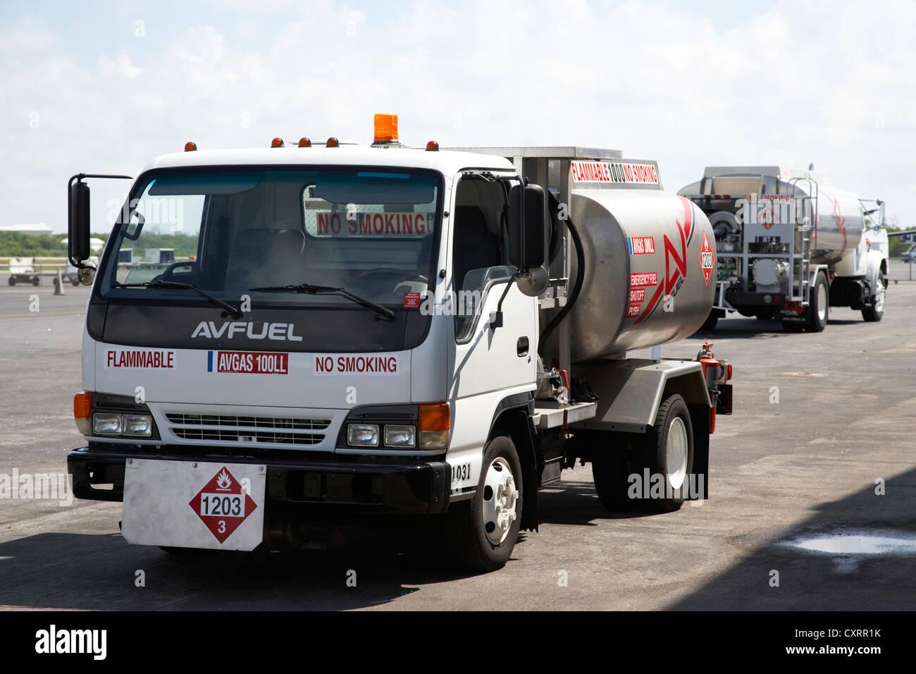 Avfuel les camions d'alimentation en carburant de l'aviation à l'aéroport international de Photo Stock