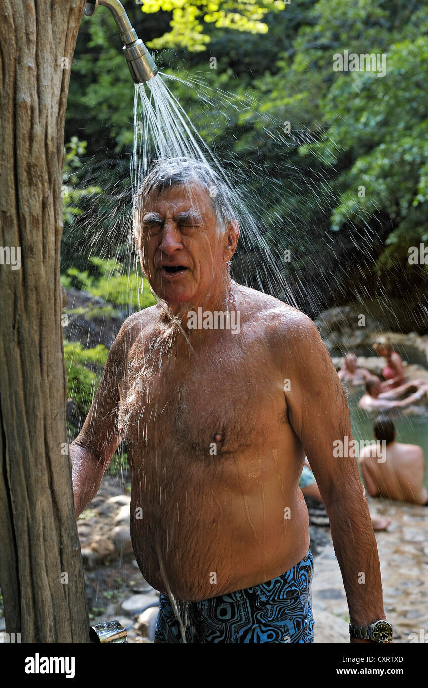 Tourist de prendre une douche à l'hot springs, près de l'Hacienda Guachipelin, près de Liberia, Photo Stock