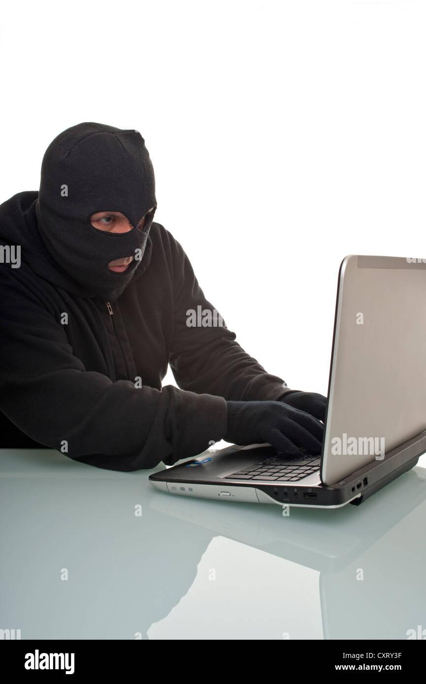 Hacker la navigation sur internet avec un ordinateur portable, une image symbolique pour le piratage informatique, Photo Stock
