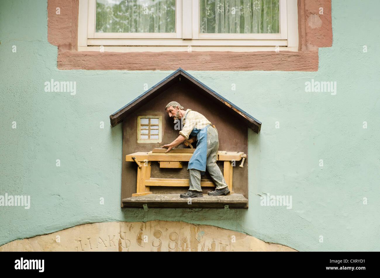 Symbole de l'artisanat d'un menuisier charpentier ou au-dessus de la porte d'une vieille maison dans Photo Stock