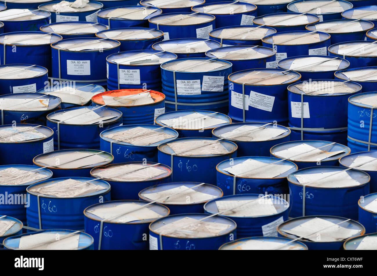 Barils prêts pour le transport dans le port, Piombino, Toscane, Italie, Europe Photo Stock
