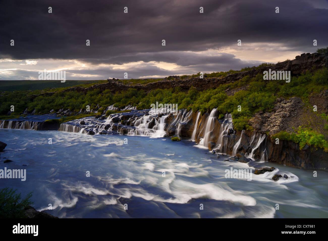 Cascades de Hraunfossar sur la rivière Hvítá, Vesturland, dans l'ouest de l'Islande, Islande, Europe Banque D'Images