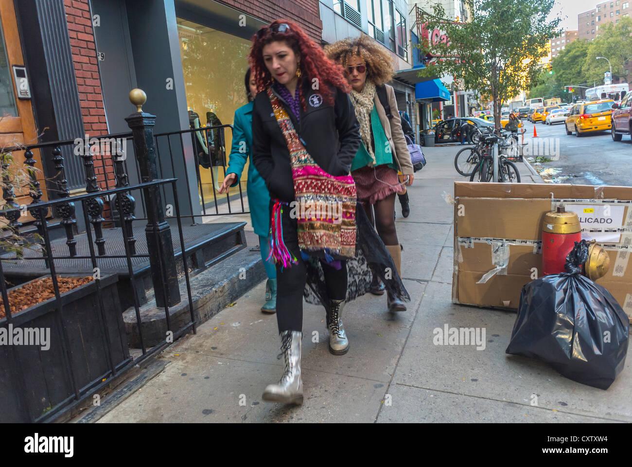 New York, NY, USA, les femmes à la mode, la marche sur la rue, la visite de galeries d'Art, Chelsea, Manhattan Banque D'Images