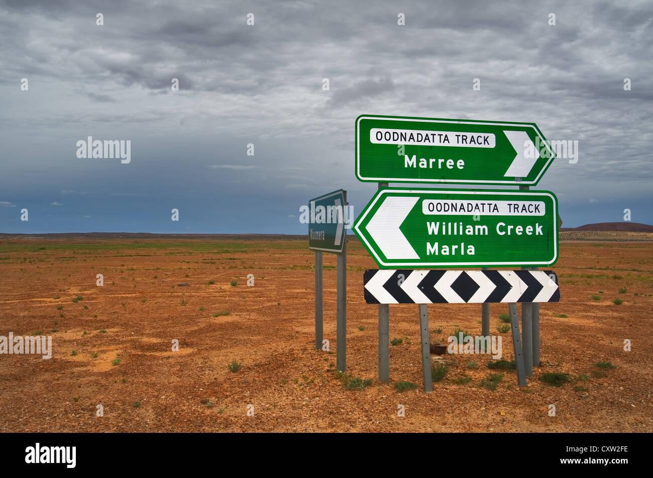 Panneau routier à la célèbre piste Oodnadatta en désert de l'Australie du Sud. Photo Stock