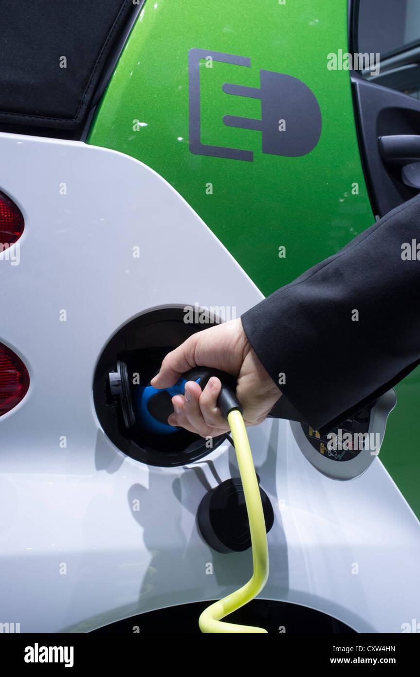 Voiture Smart électrique d'être rechargé à Paris Motor Show 2012 Photo Stock