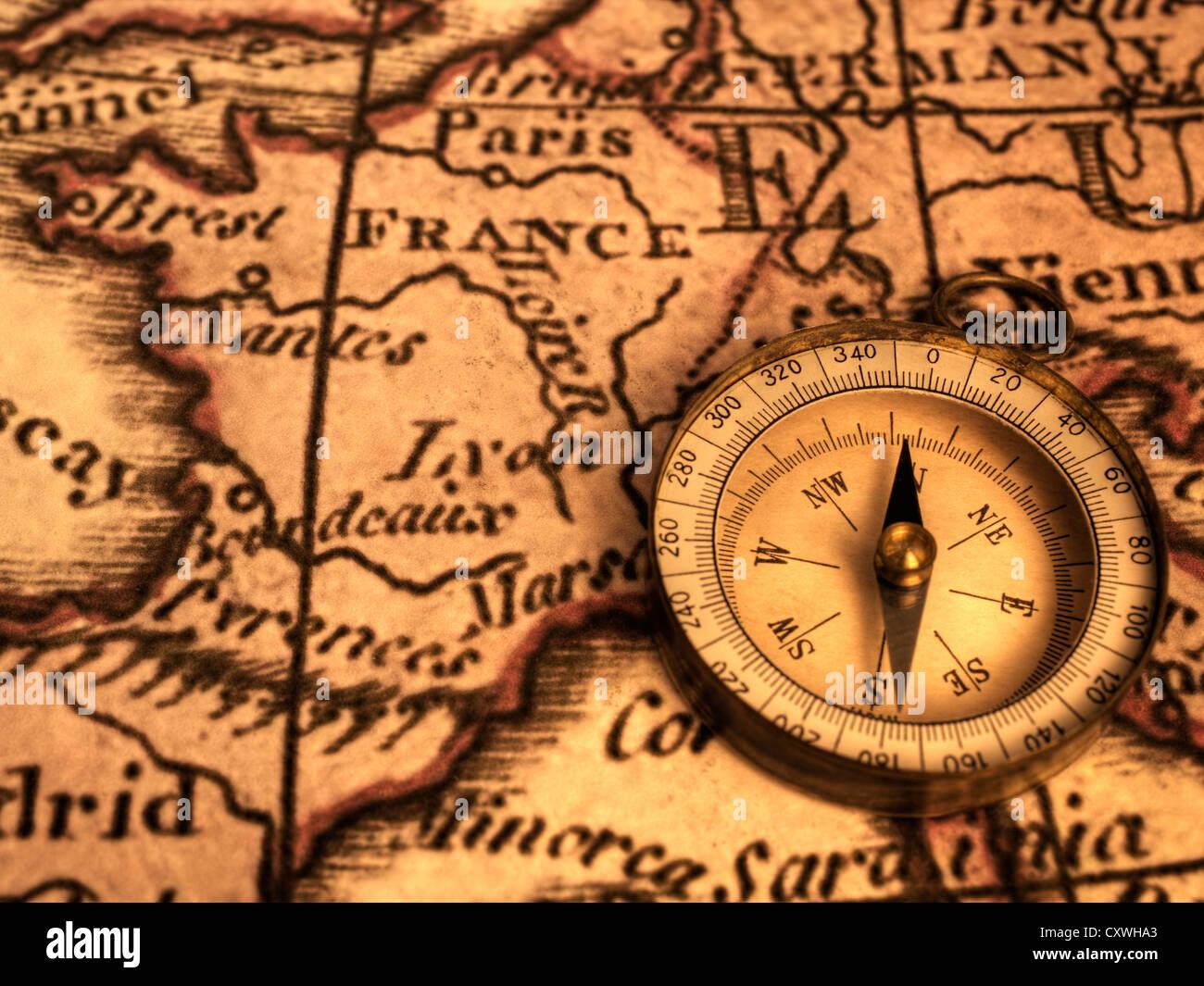 Vieux Grungey boussole et carte de France. La carte est de 1786 et est en dehors du droit d'auteur. Photo Stock