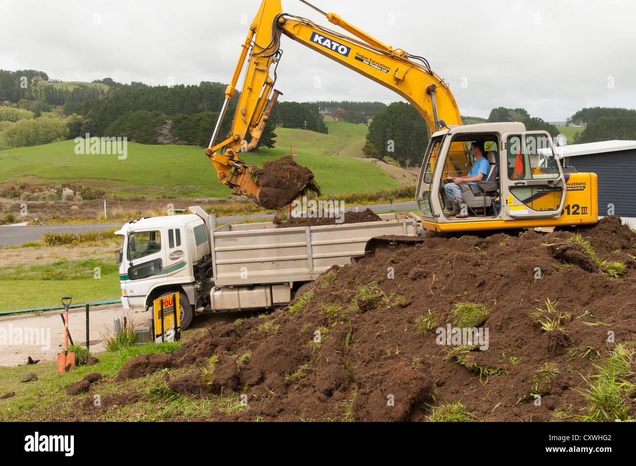 l 39 homme l 39 excavation de sol dans l 39 aide de camion 12 tonnes digger une nouvelle section en. Black Bedroom Furniture Sets. Home Design Ideas