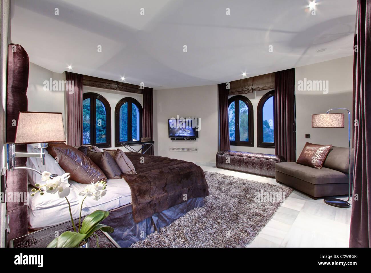 Lit et chambre à coucher moderne dans windows Banque D'Images