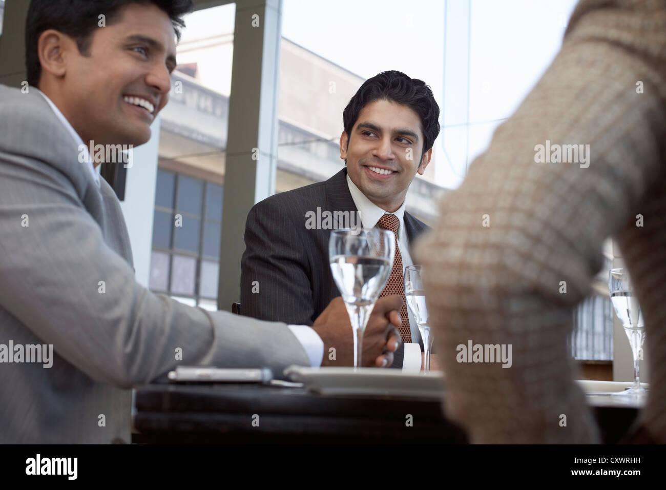 Les gens d'affaires ayant déjeuner ensemble Photo Stock