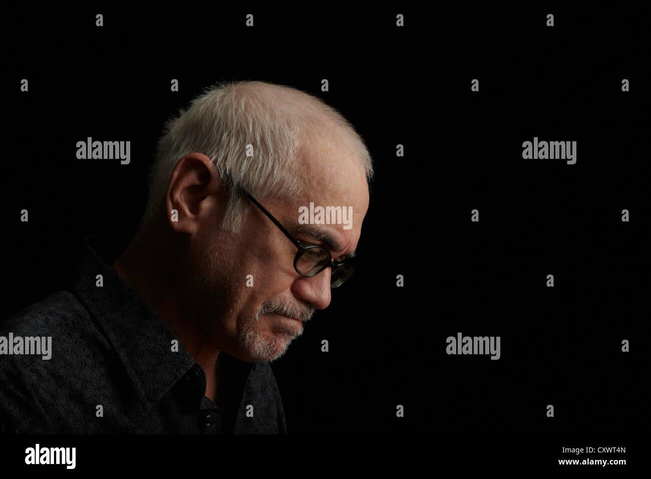 Fronçant older man wearing eyeglasses Photo Stock